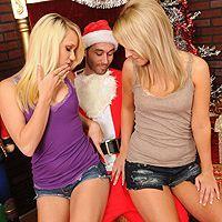 Порно втроем с двумя красивыми блондинками
