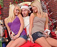 Порно втроем с двумя красивыми блондинками - 1