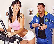 Смотреть секс в тренажерном зале со стройной молодой брюнеткой - 1