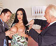 Порно сексуальной брюнетки с большими сиськами с боссом - 1