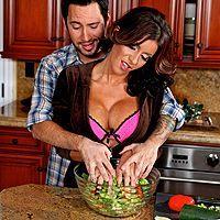 Безумный секс сексуальной мамашки с любовником на кухне
