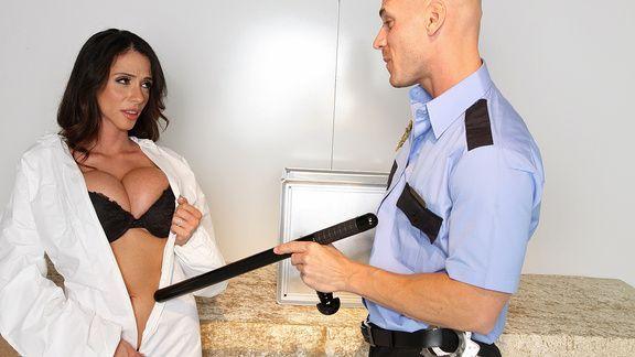 Смотреть горячий секс полицейского со стройной брюнеткой