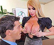 Жаркое порно с опытной блондинкой в чулках в офисе - 1
