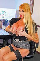 Жаркое порно с опытной блондинкой в чулках в офисе #4