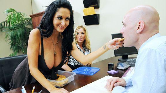 Анальный секс зрелой брюнетки с молодым боссом в офисе