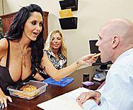 Анальный секс зрелой брюнетки с молодым боссом в офисе - 1