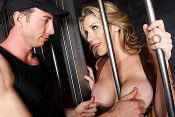 Смотреть жаркий секс бандита с пышногрудой заложницей