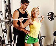 Смотреть жаркий секс с блондинкой в спортзале - 1