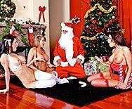 Групповое порно Санта Клауса с тремя сексуальными лесбиянками - 1