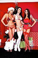 Групповое порно Санта Клауса с тремя сексуальными лесбиянками #1