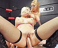 Групповое секс втроем со стройными блондинками в чулках - 4