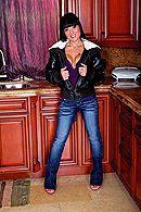 Смотреть анальный трах на кухне с горячей брюнеткой #1
