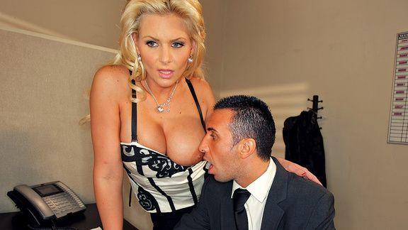 Смотреть порно молодого босса в офисе с горячей зрелой блондинкой