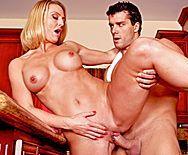 Порно молодого плотника со зрелой мамкой на кухне - 5