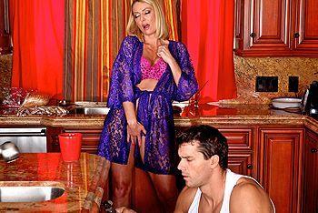 Порно молодого плотника со зрелой мамкой на кухне