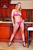 Порно молодого плотника со зрелой мамкой на кухне #2