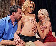 Смотреть секс втроем молодого парня с двумя опытными мамашками - 1