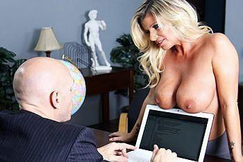 Смотреть жаркий секс в офисе со зрелой опытной блондинкой