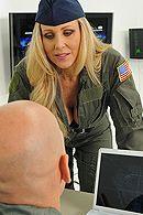 Смотреть порно солдата со зрелой блондинкой в униформе #5