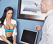 Страстный секс охранника с сексуальной стройной сотрудницей в офисе - 1