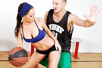 Смотреть порно спортсмена со стройной красоткой в спортзале