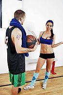 Смотреть порно спортсмена со стройной красоткой в спортзале #5