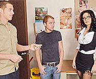 Жаркий трах на офисном столе зрелой брюнетки в чулках с молодым парнем - 1