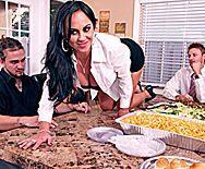 Жаркий трах на кухонном столе с пышной ненасытной брюнеткой - 1