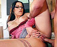 пышногрудая брюнетка занимается сексом с учителем - 3