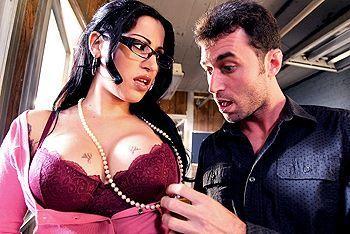 пышногрудая брюнетка занимается сексом с учителем