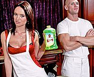 Горячий трах лысого с сексуальной домработницей - 1