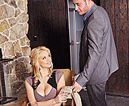 Страстное порно в туалете с очаровательной молодой блондинкой - 1