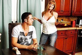 Порно страстной ненасытной мамашки с большими сиськами с другом сына