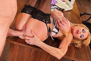 Красивый секс со зрелой длинноногой блондинкой в чулках
