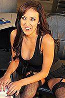 Жаркий секс на офисном столе с зажигательной брюнеткой в чулках #5