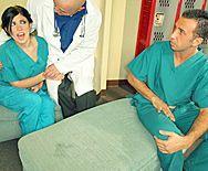 Жесткий секс пациента со стройной сексуальной медсестрой - 1