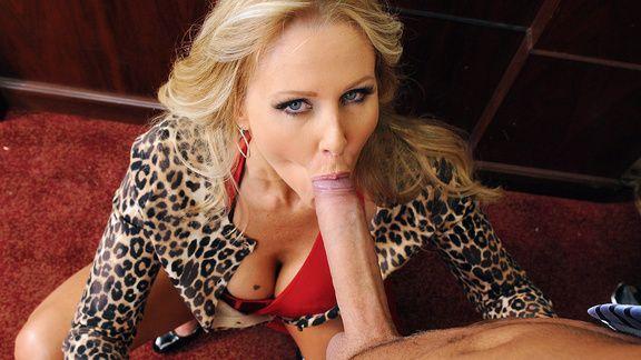Горячий секс со зрелой блондинкой на столе