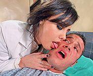 Смотреть жаркий секс пациента со страстной медсестрой - 1
