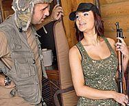 Жаркий секс солдата с пышногрудой красоткой - 1