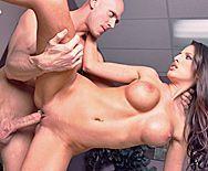 Секс привлекательной стройной брюнетки с боссом в пизду - 3