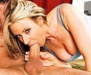Порно с восхитительной блондинкой на кровати - 2