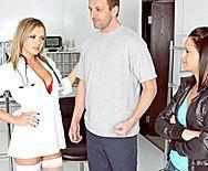 Анальный трах пациента с сексуальной блондинкой медсестрой за ширмой - 1