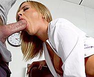 Анальный трах пациента с сексуальной блондинкой медсестрой за ширмой - 2