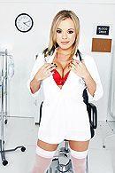 Анальный трах пациента с сексуальной блондинкой медсестрой за ширмой #1