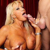 Анальный секс со зрелой блондинкой в оперном театре