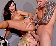 Страстный секс втроем охранника с двумя сексуальными проститутками - 4
