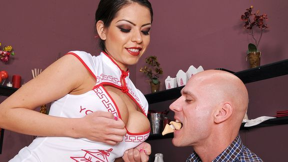 Горячий секс молодой официантки с развратным посетителем