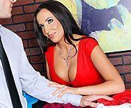 Смотреть горячее порно в офисе с сексуальной малышкой с большими сиськами - 1