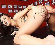Страстный секс молодой брюнетки в тату салоне - 3