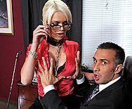 Стройная секретарша брюнетка в чулках занялась сексом со своим боссом на столе - 1